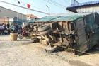 Cô gái mua nước uống bên đường bị xe tải lật đè tử vong