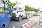 Đổ dốc cầu Sài Gòn, 2 thùng container văng xuống đường, đè nát xe máy