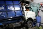Container húc văng xe rác vào nhà dân