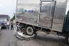 Xe tải ủi xe chờ đèn đỏ, nạn nhân bò ra từ ô tô 4 chỗ