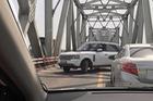 SUV tiền tỷ Range Rover ngang nhiên quay đầu trên cầu Chương Dương