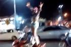 Biểu diễn đứng trên xe, thiếu nữ ngã sấp mặt