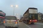 Bán tải Ford Ranger so kè tạt đầu cùng xe tải trên đường cao tốc trên cao