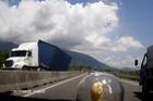 Xe container bị lật vì tránh Ford Ecosport đi ngược chiều