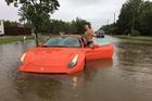 Nam thanh niên gây bão mạng với màn tạo dáng bên siêu xe Ferrari California T