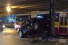 HÀ Nội: Porsche Macan leo dải phân cách, tông vào cột điện lúc nửa đêm