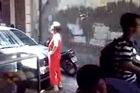 Bà già chặn đầu, trấn tiền ô tô giữa Hà Nội