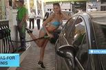 Chuyện lạ: Mặc bikini, được đổ xăng miễn phí