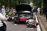 Hà Nội: Toyota Camry biển xanh đâm taxi, hạ gục 3 xe máy