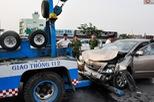 Không kịp tránh xe tải vượt đèn đỏ, xe Camry nát đầu trên đại lộ Phạm Văn Đồng