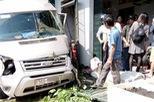 Tai nạn liên hoàn tại Thanh Hóa: Ford Transit đâm vào nhà dân, xe tải lật ngang