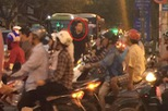 Gặp cảnh tắc đường tại Sài Gòn, ca sỹ Tuấn Hưng xuống xe điều khiển giao thông