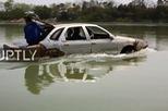 Thợ cơ khí tự chế xe lội nước từ ô tô cũ
