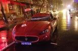 Cột điện đổ trúng xe sang Maserati GranTurismo trong mưa bão