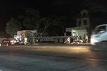 """Nghệ An: Xe máy """"kẹp 3"""" đâm vào xe đầu kéo đỗ bên đường, 2 thanh niên tử vong"""