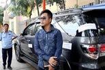 Toyota Fortuner của ca sỹ Quách Tuấn Du bị đưa về phường vì lấn chiếm vỉa hè