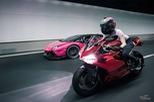 Mỹ nữ lái Ducati 899 Panigale thách đấu Lamborghini Aventador