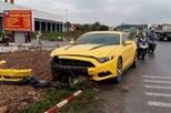 """Hải Phòng: """"Mát ga"""", Ford Mustang húc đổ biển báo giao thông"""