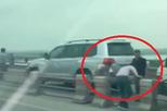 """Truy tìm hàng loạt tài xế ô tô đi sai làn, """"rủ nhau"""" tháo barie tẩu thoát trên cầu Thanh Trì"""