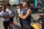 """Mặc tài xế taxi năn nỉ chỉ còn 200 nghìn trong túi, """"soái ca"""" Sài Gòn kiên quyết đòi 400 nghìn bồi thường sau va chạm"""