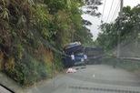 Xe ô tô chở học sinh lớp 11 lao vào vách núi ở đèo Tam Đảo, 1 nữ sinh tử vong
