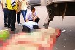 Chồng gào khóc bên thi thể vợ bị xe tải cán tử vong