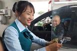 Những cô gái đón Tết trên đường, phục vụ tài xế
