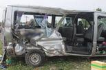 Xe ô tô 16 chỗ chở gia đình đi Vũng Tàu chơi Tết bị tàu hỏa tông trúng, 2 người tử vong