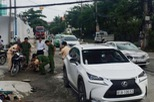 Hàng chục người nâng xe ô tô cứu người phụ nữ kẹt dưới gầm
