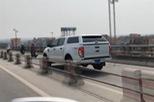 Truy xe biển xanh chạy vào làn xe máy trên cầu Thanh Trì