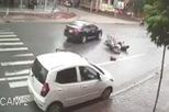 Bất cẩn khi mở cửa ô tô, vạ người hại mình