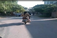 Video cô gái khỏa thân đi xe máy gây sốc tại Hà Nội