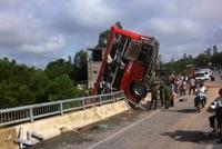 Xe khách treo lơ lửng trên cầu, 1 người chết 10 bị thương