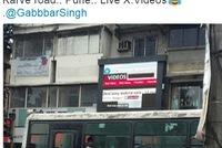 Ấn Độ: Chiếu nhầm phim nóng trên bảng quảng cáo ngoài trời, các tài xế dừng xem đến tắc đường