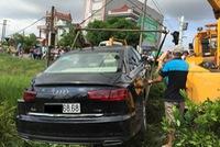 Nam Định: Audi A6 2016 biển lộc phát bị tàu hỏa đâm, 2 người nhập viện