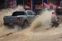 Chạy qua đường ngập, tài xế Ford Ranger cố tình tạt nước vào người đi xe máy