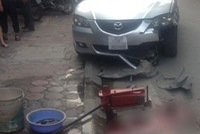 Hà Nội: Thay lốp cho taxi bên lề đường, thanh niên bị ô tô đâm tử vong