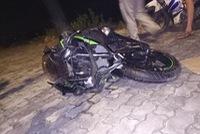 Hà Nội: Va chạm cùng xe máy bán thức ăn, Kawasaki Ninja 300 hư hỏng nặng