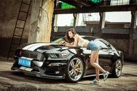 Cô nàng chân dài bên Ford Mustang độ