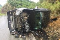 Toyota Fortuner lật nghiêng, hư hỏng nặng trên đèo Thung Khe