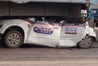 Tai nạn kinh hãi, xe taxi nát bươm trong gầm xe tải