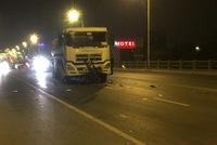 Xe máy đối đầu xe bồn trên cầu Vĩnh Tuy, 3 người tử vong tại chỗ