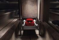 Elon Musk lần đầu tiết lộ cách thức hoạt động của hệ thống thang máy đưa ô tô xuống lòng đất