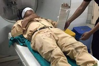 Hà Nội: Lái xe máy vượt đèn đỏ, tông trọng thương thiếu uý CSGT
