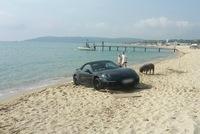 Porsche 911 mui trần bị mắc kẹt trên bãi cát gần biển Riviera của Pháp