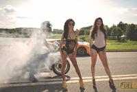Cặp đôi chân dài bên siêu xe Lamborghini