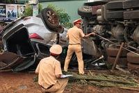 Toyota Fortuner 2017 va chạm với xe container trên đường Hồ Chí Minh, cả 2 cùng bị lật