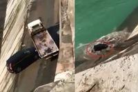 Xe SUV bị chính ô tô cứu hộ đẩy xuống sông