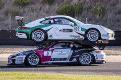 Hai chiếc xe Porsche 911 GT3 trèo lên đầu nhau trên đường đua