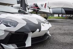 """Cuộc chiến """"bò"""" và """"hải âu"""" - Lamborghini Aventador vs. chiến đấu cơ"""